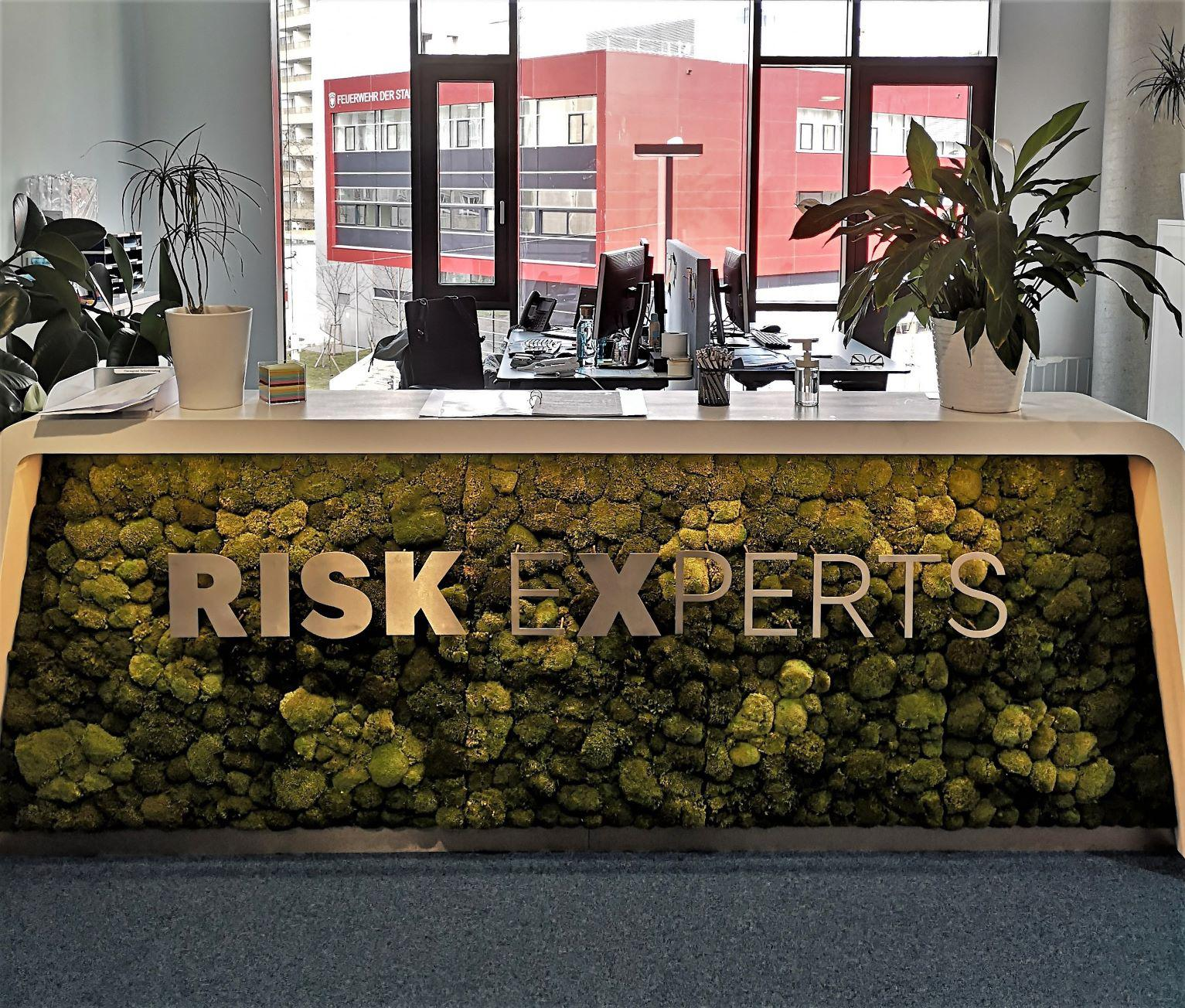 Risk Experts Empfang modern